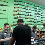 Αμερικανοί αγόρασαν 2.400.000 όπλα σε ένα μήνα και «ταμπουρώνονται» στα σπίτια τους