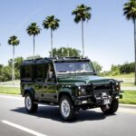 To Land Rover Defender συναντά την Tesla